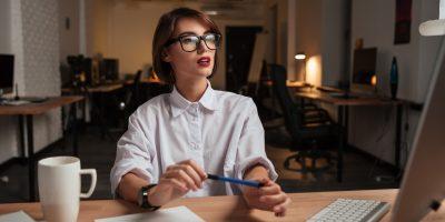 Jovem consumidora a consultar os direitos dos consumidores na utilização de loja online