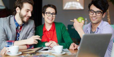 Dois homens e uma mulher a consultarem as razões para uma associação adotar um software de gestão