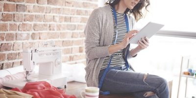 Mulher empreendedora a consultar o apoio às pequenas e médias empresas