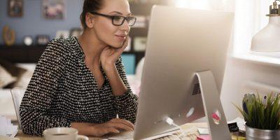 Mulher empreendedora a consultar os apoios do Programa Adaptar
